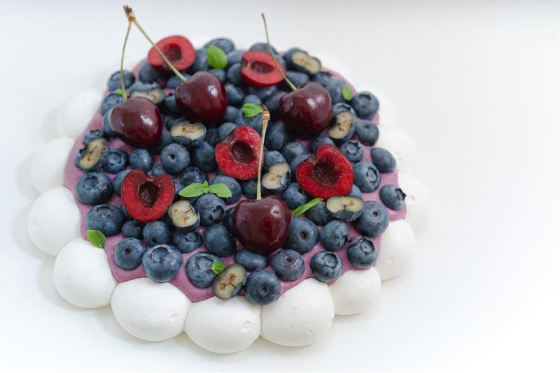 Pavlova mit Heidelbeeren und Kirschen