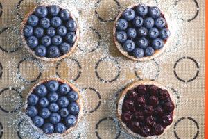 Blaubeer-Tartelettes mit Haselnuss und Chili_Dekor